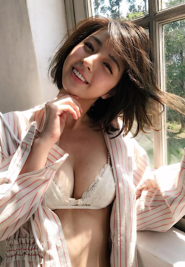 Yurina-Yanagi-smile-cute-boobs